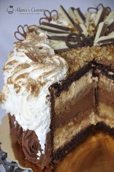 Tort cu crema caramel si cu crema de ciocolata - are 3 tipuri de blat (umed, pandispan si blat de nuca), kranz si un pic de crema de whisky No Cook Desserts, Sweets Recipes, Cookie Recipes, Delicious Desserts, Romanian Desserts, Bulgarian Recipes, Caramel Recipes, Breakfast Dessert, Pastry Cake