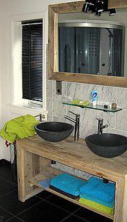 In onze serie steigerhouten badmeubels hier een leuk, klein meubel eventueel met achterbouw. Dit meubel is speciaal ontworpen voor kleine badkamers die toch een aparte uitstraling willen hebben. Wordt excl. de spiegelen wasbak voor u gemaakt. Materiaal is echt prima geschikt voor badkamers. We maken overigens wel de spiegellijsten!De hoogte van het meubel is afhankelijk van de waskom welkeje er op- of in gaat plaatsen. De maten zijn variabel maar het grootste (kleine) meubel is 140cm…