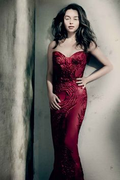 Emilia Clarke posou para as lentes de Paolo Roversi em ensaio para a Vogue