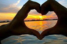 幸せに気づきやすいのは、  「 ゆとりのある心 」  幸せを感じやすいのは、  「 素直な心 」  幸せを味わいやすいのは、  「 愉しむ心 」  心安らかに過ごしやすいのは、  「 穏やかな心 」  不安になりにくいのは、  「 恐れない心 」  明るい気持ちでいられるのは、  「 希望をもてる心 」  幸せに向かって頑張れるのは、  「 夢見る心 」  人と仲よくなりやすいのは、  「 親しむ心 」  人にやさしくできるのは、  「 思いやりの心 」  人を幸せにできるのは、  「 愛する心 」  不幸に耐えやすいのは、  「 受け入れる心 」  不幸になりにくいのは、  「 こだわらない心 」、  「 とらわれない心 」  自分を育てていけるのは、  「 学ぼうとする心 」、  「 いい経験にできる心 」  幸せになれるのは、  「 自分を育てようとする心 」   自分を育てていけるのは、  「学ぼうとする心」  「いい経験にできる心」