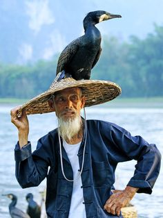 "the cormorant fisherman in Guilin, China- I love the relationship between these men and their ""working"" birds We Are The World, People Around The World, Wonders Of The World, Around The Worlds, Beautiful World, Beautiful People, Portrait Photography Tips, People Photography, Guilin"