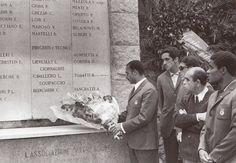 Jogadores do Benfica prestam homenagem à equipa do Torino falecida num acidente de avião.