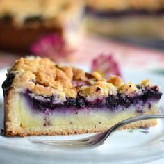 Blueberries on creamy vanilla custard with crumbles (in German with translation)