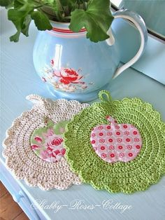 Crochet potholders - no pattern but very pretty pictures (text not on English) Crochet Home Decor, Crochet Crafts, Yarn Crafts, Crochet Projects, Sewing Projects, Diy Crafts, Crochet Motifs, Crochet Potholders, Crochet Patterns