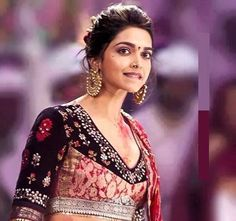 There are separate fans for Deepika Padukone hairstyles and they are crazy enough as they try out every model. Every hairstyle that Deepika Padukone makes is always a huge hit and never failed to entertain audiences or her fans. Deepika Padukone Saree, Deepika Padukone Hairstyles, Bollywood Fashion, Bollywood Actress, Indian Dresses, Indian Outfits, Deeps, Navratri Dress, Dipika Padukone