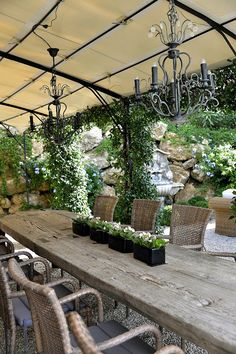 Outdoor kitchens are the perfect way to enhance patios, yards and outdoor spaces. They are responsible for bringing friends and family together in a communal setting while acting as the ideal cooking spot. Most homeowners also consider paradise outdoor. Outdoor Tables, Outdoor Rooms, Outdoor Dining, Outdoor Gardens, Outdoor Decor, Patio Table, Outdoor Outfit, Wood Table, Dining Table