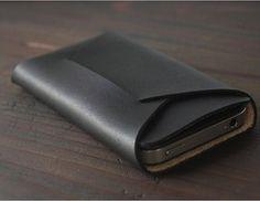 Έχεις πληρώσει αρκετά για το iphone, μια θήκη δερμάτινη το προστατεύει με στιλ. Η χειροποίητη Apogee, ταιριάζει στο 4 και το 5, με επεξεργασμένο σε πέτρα μαύρο δέρμα, διπλώνει σαν φάκελος και κοστίζει 45 δολάρια.