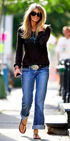 Look of the Day › August 15, 2009 WHAT SHE WORE Macpherson accessorized a print tee and baggy boyfriend jeans with a Western belt buckle and unadorned thongs. WHERE Strolling to the set in N.Y.C.