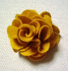 「フェルトで *お花*」フェルトでかわいいお花を作ってみました。 ヘアゴムにも、ブローチにも、色々使えます。 ウールや、ツイード、フェイクレザーなどで作ってもいいと思います。 [材料]フェルトかツイードなどで切りっぱなしでも大丈夫な布/ヘアゴムやクリップなど