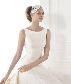 CAYETANA, Wedding Dress 2015 (Pronovias) How to work a wedding headband.