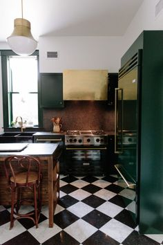 7 Styling Tips to Give Your Home a Whole New Look – Without Spending a Dime – 9 Spaces That Made Us Want Black White Checkered Floors - Checkered Floor Kitchen, White Kitchen Floor, Green Kitchen Cabinets, Checkered Floors, Black And White Flooring, Black And White Tiles, Black White, Black Kitchens, Home Kitchens