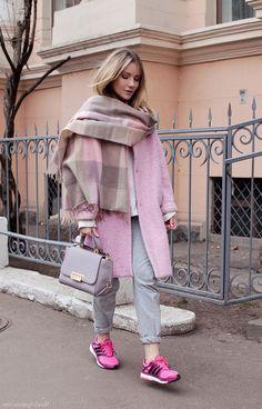 Розовое пальто с кроссовками цвета фуксия, зефирный образ