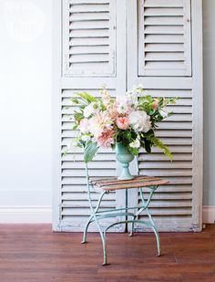 Summer arrangement: Pretty blush pink and white flowers {PHOTO: Janis Nicolay}