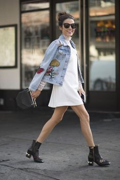 From baggy jeans to cropped lengths, high waist jeans and embellished denim, check out our go-to street style guide to the hottest 2018 denim trends. Outfit Jeans, Cute Jean Jacket Outfits, How To Wear Denim Jacket, Spring Outfits Women, Trendy Outfits, Work Outfits, Estilo Denim, Embroidered Denim Jacket, Denim Trends