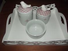 Kit de higiene de porcelana pássaros , conjunto de dois potes com molhadeira  e bandeja de mdf laqueada . Produto pronta entrega R$ 120,00