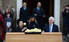 ARA1. Leicester (United Kingdom), 22/03/2015.- Flowers are laid on the coffin of King Richard III during a service at Leicester University in Leicester, Britain, 22 March 2015. The City of Leicester is preparing for the reburial of King Richard III who died in Bosworth in 1485. Richard will be re-interred at Leicester Cathedral on 26 March. The coffin of English oak was made by the King's 17th great-grandnephew, Canadian-born carpenter Michael Ibsen. EFE/EPA/ANDY RAIN