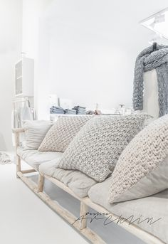 Greys and wood deco styling ideas with chunky and delicate textures for this Deco Friday! Just ideas and yarn textures that caught my eye, enjoy! Lounge Design, Home Interior, Interior Design, Home And Living, Living Room, Home And Deco, Crochet Home, Soft Furnishings, Cozy House
