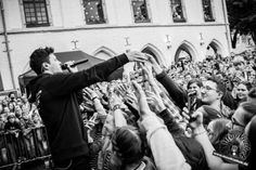 Fannähe. Wincent Weiss live bei seinem Konzert in Erkelenz 2017. Weitere Bilder entdeckt ihr auf der Website :) Foto: Sarah Kaiser, Musikiathek