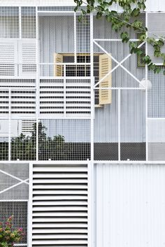 The Nest: Modern, Low Cost Home with Mesh Facade Facade Architecture, Contemporary Architecture, Facade Design, House Design, Green Facade, Casas Containers, Expanded Metal, House On Stilts, Metal Structure