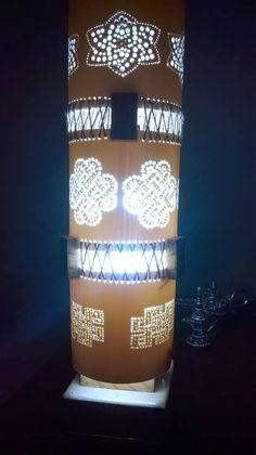 Luminária Artesanal em PVC100 mm, com três secções, unidas com madeira de pinus e trançado em corda de sisal, base em cerâmica e madeira.