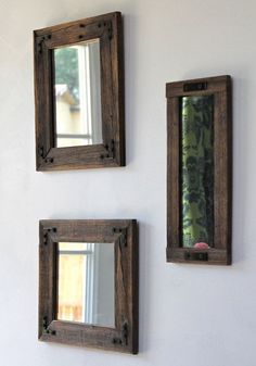 Decorar tus paredes con pequeños espejos le dará sensación amplitud a tus ambientes.
