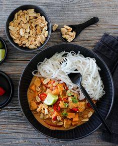 KYLLINGCURRY MED SØTPOTET OG PEANØTTSAUS   TRINES MATBLOGG Frisk, Slow Cooker, Nom Nom, Chili, Curry, Food And Drink, Chicken, Ethnic Recipes, Cilantro