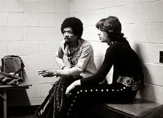 Jimi Hendrix and Mick Jagger, 2 of the greatest rock legends of all time, in one picture. It's such a shame that Hendrix died about a year after this photo was taken Chuck Norris, Ringo Starr, Mick Jagger, Jimi Hendrix, Louis Armstrong, Rare Historical Photos, Rare Photos, Rare Pictures, Vintage Photographs