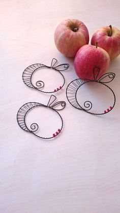 Apples and maybe change to pumpkins for fall Copper Wire Crafts, Copper Wire Art, Metal Crafts, Diy And Crafts, Wire Wrapped Jewelry, Wire Jewelry, Wire Bookmarks, Barbed Wire Art, Wire Ornaments
