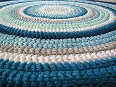 שני שטיחים סרוגים בעבודת יד מחוטי טריקו: 1. שטיח סרוג בקוטר 1.6 מ' בגוונים ורודים ואפורים. 2. שטיח סרוג בקוטר 1.6 מ' בגוונים כחולים ואפורים. משלוח אקספרס עד הבית!