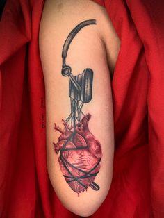 Tatuagem colorida: Joga mais cor que está pouco! - Blog Tattoo2me Skull, Tattoos, Blog, First Tattoo, Color Tattoo, Colourful Art, Get A Tattoo, Colors, Artists