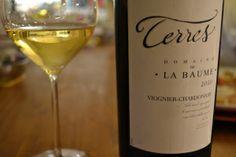 """Der Weisswein dazu. Terres von der Domaine de la Baume. Eine Cuvée aus Viognier und Chardonnay, mit 14,5 Prozent eine """"Bombe"""". White Wine, Alcoholic Drinks, Glass, Food, Viajes, Cooking, Drinkware, Alcoholic Beverages, Corning Glass"""