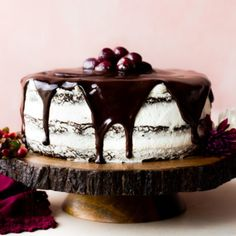 Deliciously moist Black Forest Cake with homemade whipped cream, rich chocolate ganache, and sweet spiked cherries. Great Desserts, Holiday Desserts, Party Desserts, Best Veggie Burger, Vegetarian Burgers, Chocolate Roll Cake, Chocolate Cherry, Black Bean Burgers, Black Forest Cake
