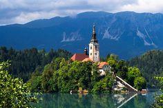 A orillas del lago Bled hay un pueblo del mismo nombre, al noroeste de Eslovenia y muy cerca de Austria.
