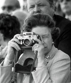 Even the queen has Leica! Queen Elizabeth II, with a Leica camera with Sonnar lens. Vintage Cameras, Vintage Photos, Eleonore Bridge, Robert Frank, Diane Arbus, Leica Camera, Film Camera, Spy Camera, Camera Gear