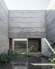 Designed by the MORQ architecture firm, Cloister House features a closed concrete exterior that shelters the living spaces and a central courtyard. Concrete Paving, Concrete Wall, Concrete Houses, Australian Architecture, Contemporary Architecture, Minimalist Architecture, Concrete Architecture, Interior Architecture, Business Architecture