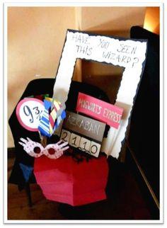 """Photocall preparado para la fiesta (Cartel de """"Se busca"""", señal de la estación 9 2/4, corbatas con los colores de las casas y las gafas de Harry Potter)  (Eventos Happy Ever After)"""