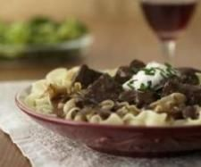 Crock Pot Beef Stroganoff Casserole - Tender beef with noodles in a tangy cream sauce--so easy, so tasty. Crock Pot Stroganoff, Best Beef Stroganoff, Stroganoff Noodles, Mushroom Stroganoff, Stroganoff Recipe, Mushroom Soup, Slow Cooker Recipes, Crockpot Recipes, Cooking Recipes