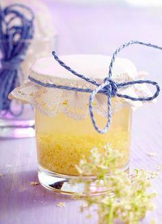 Holunderblütenessig  Ein außergewöhnlicher Essig zum Verfeinern von Salaten und Speisen, der gut duftet und außerdem sehr gesund ist.  Zutaten:  500 ml Weißwein -oder Apfelessig 2 – 3 frische Holunderblütendolden je nach Größe Eine Glasflasche mit etwas weiterem Hals mit Korken oder Verschluss, oder ein großes Glas mit gut schließendem Deckel.  Die Holunderblüten sollten aufgeblüht sein, sollen aber noch nicht abfallen. Die Blütendolden kopfüber gut über einem Küchentuch oder Papier…