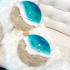 Wanduhren mit echtem Sand und Wellen in 3D Resin Wellen #wanduhr #resin #uhr #strandhaus #meer #wohnen #wohnzimmerideen Stark, 3d, Table, Design, Furniture, Home Decor, Wall Clocks, Waves, Living Room Ideas