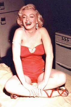 1952: Iconic images of the Hollywood actress and sex symbol Marilyn Monroe (vintage yoga style photo) .... #marilynmonroe #1950s #diva #yogacelebrity #hollywood #yogafamous #yogaactress #yogaworld #yogalife #monroe #icon #actress #pinup