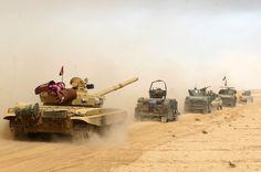 Die irakische Armee zieht mit Panzern und gepanzerten Fahrzeugen in die...