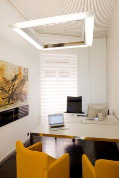 Despacho, mesa Desk de MDF Italia, sillón direccional Qualis y confidentes S148 de Tecno, iluminación técnica Libra de Norlight. Agencias en exclusiva : TECNO, FANTONI, ICF ITALIA, EDRA, QUINZE, DIEFFEBI, NORLIGHT,  CERRUTI BALERI, MOSSTILE.