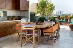 As cadeiras (Casual), resistentes a intempéries, tornam prática a área da churrasqueira, já que não é preciso sair cor rendo para recolhê-las quando chove.