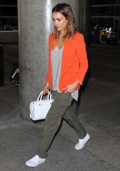 Jessica Alba relax et stylée à l'aéroport