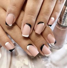Prized by women to hide a mania or to add a touch of femininity, false nails can be dangerous if you use them incorrectly. Types of false nails Three types are mainly used. Minimalist Nails, Hair And Nails, My Nails, Pretty Nails, Cute Nails, Diva Nails, French Tip Nails, French Nail Art, Manicure E Pedicure