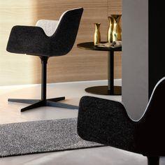 Pass. Polstret stol med brandhæmmende skum. Kan fås i stof, blødt læder eller økologisk læder i 2 farver. Kontormøbler til alle indretninger og designs.