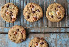 Cookies, der er sprøde udenpå og chewy indeni, er helt perfekte efter min smag, og de her lækre cookies med skumfiduser og chokoladeknapper er ret perfekte, hvis jeg selv skal sige det. De smager allerbedst, når de lige har fået lov til at køle af på en rist og er supersprøde og bløde i mid....