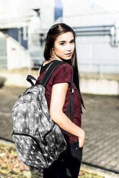 """""""We're stars"""". Mit dem Star Backpack in schwarz von R.E.D. by EMP bist Du definitiv der Stern am Festivalhimmel. All deine Utensilien finden Platz im Innenraum, in der geräumigen Tasche auf der Vorderseite und den zwei Seitentaschen. Der verwaschene Look und die gepolsterten Trageriemen bieten ausreichend Comfort auch bei vollem Gepäck. #rucksack #streetstyle #empstyle"""