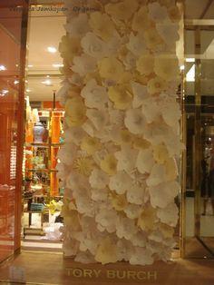 Vitrine de flores para Tory Burch #paperflowerwall  #vitrinefloresdepapel