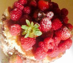 Bolo com frutas vermelhas e recheio de doce de leite #naked #party #bth #strawberry #morangocomchocolate #sweetsugardream